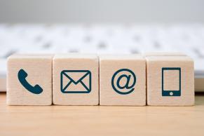 Træklodser med symboler på kommunikationsmidler